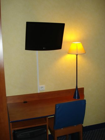 Hotel Lautrec Opera: Pantalla plana con varios canales.