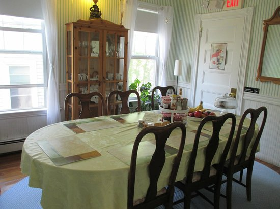 Coolidge Corner Guest House: Homey Dining Room