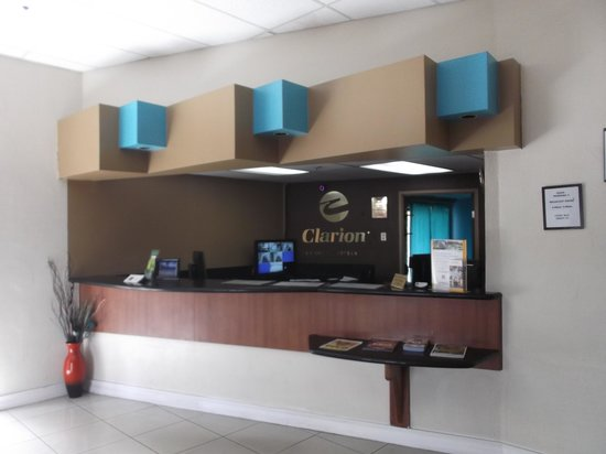 Quality Inn: Desk reception