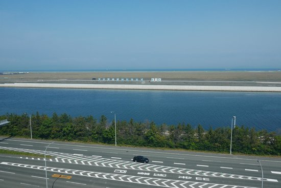 Hotel Nikko Kansai Airport: View from room- nice to see the planes on a sunny day!