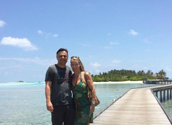 Naladhu Resort Maldives : Naladhu im Hintergrund auf dem Weg zum Thai Restaurant