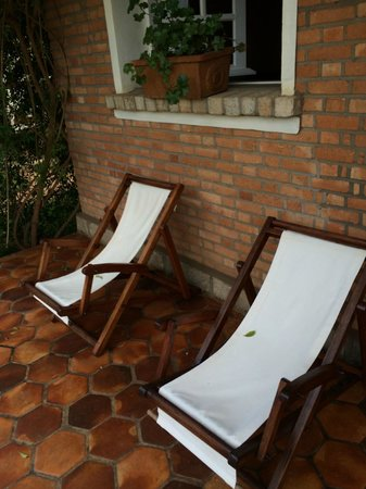 Couleur Cafe: Lounge chairs outside the bungalow