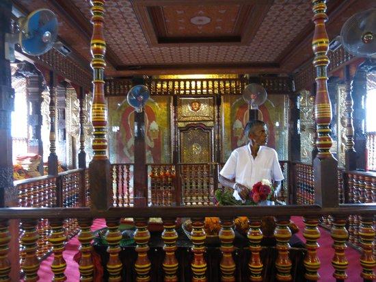 Royal Palms Beach Hotel: храм зуба Будды