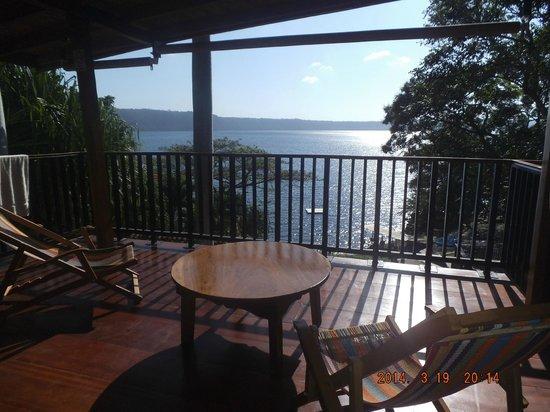 The Monkey Hut: Terrasse depuis la chambre près de la réception
