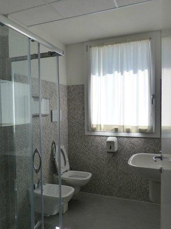 Meet Gardalake Hostel : bagno privato in camera