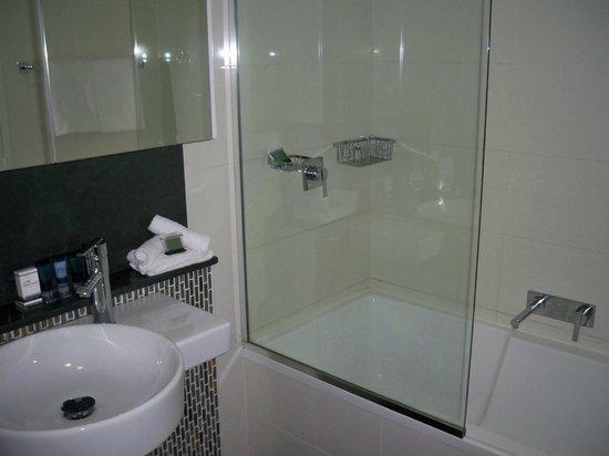 Meriton Serviced Apartments Brisbane on Adelaide Street: bathroom