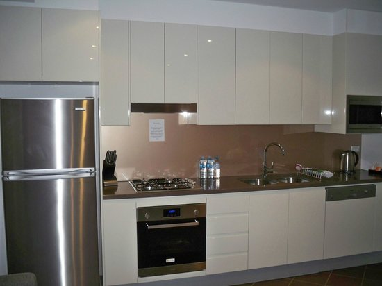 Meriton Serviced Apartments Brisbane on Adelaide Street: fully equipped kitchen