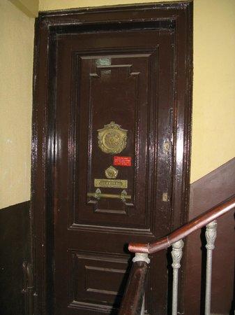 Pension Ciudadela: Старинные двери квартир в подъезде