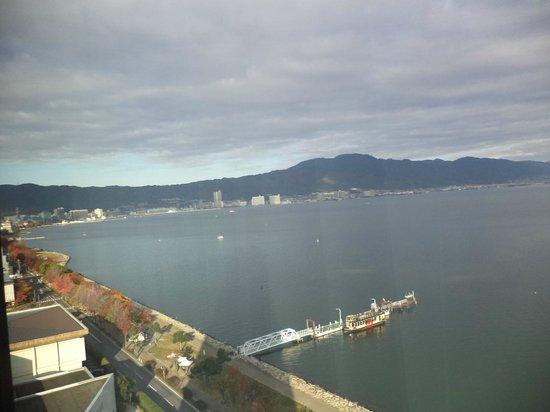 Lake Biwa Otsu Prince Hotel : Vista del lago Biwa desde la habitación