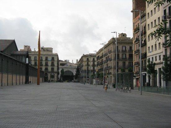 Pension Ciudadela: Площадь за домом, пансион слева - 4х этажный дом