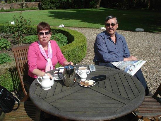 Eshott Hall: Enjoying coffee in the sun