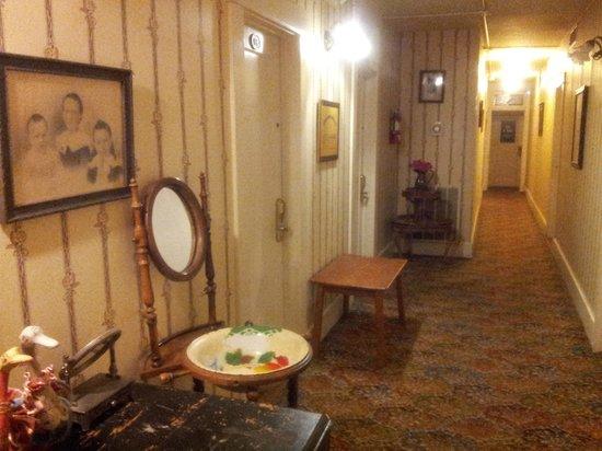 Americas Best Value Inn & Suites - Royal Carriage : Hallway