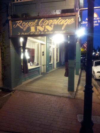 Americas Best Value Inn & Suites - Royal Carriage : Front, wooden walkway.