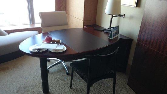 Shangri-La Hotel, Tokyo: Desk