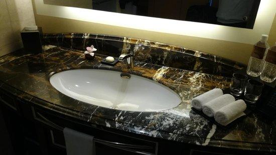 Shangri-La Hotel, Tokyo: Marble Sink