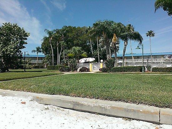 Magnuson Hotel Marina Cove: Tiki Bar