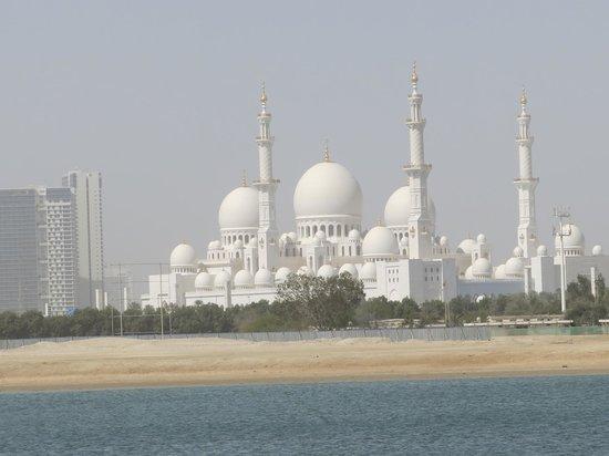 Shangri-La Hotel, Qaryat Al Beri, Abu Dhabi: вид из бассейина