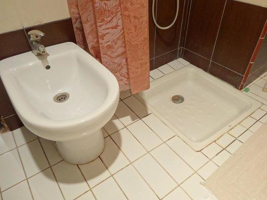 Hotel Lakasbah: Bidet mit verkalktem Wasserhahn, Duschen ohne verspritzen des halben Bades nicht möglich