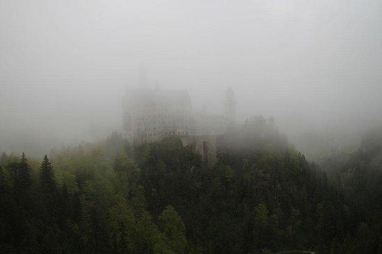 Castillo de Neuschwanstein: В дождливую погоду полюбоваться Нойшванштайном не получится,