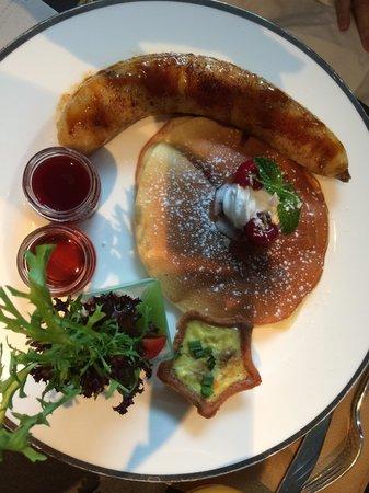 The East Hotel Hangzhou: Frühstück Continental mitPfannkuchen und was aussieht wie eine Bratwurst, ist eine leckere gebra