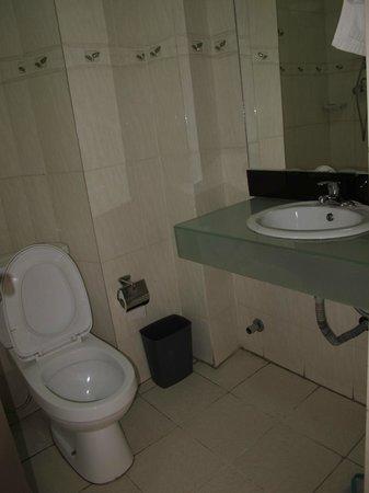 Haikan Hotel: Moldy bathroom
