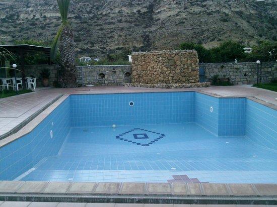 Dimitris Resort Hotel: piscine vide lors de notre séjour !