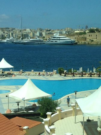 Excelsior Grand Hotel: View at lunch time showing swimming pool