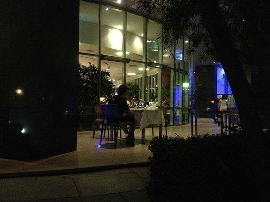 Adana Hilton SA: Patio outside lobby