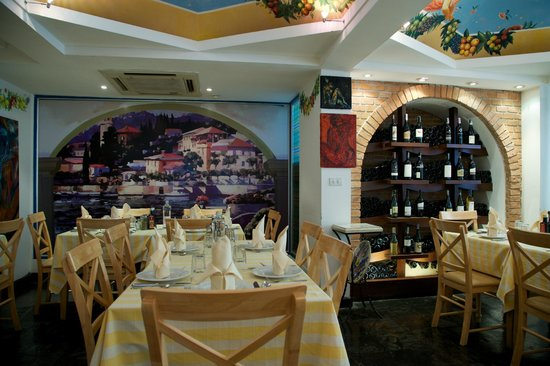 Pizzeria Limoncello : Dining interiors.