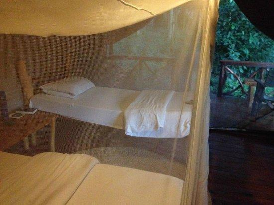 Migunga Tented Camp: Cama y mosquitera