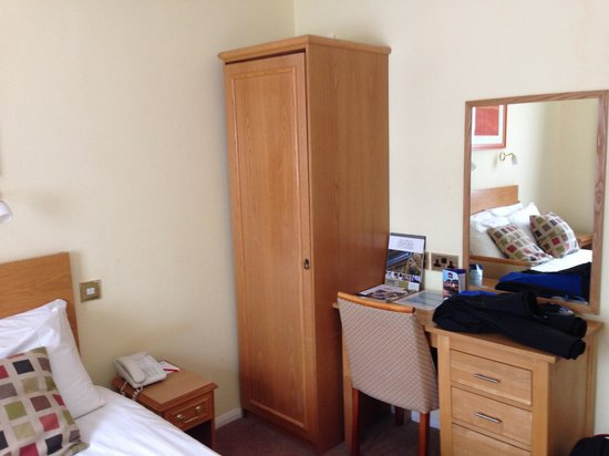 BEST WESTERN Linton Lodge Hotel: Small wardrobe