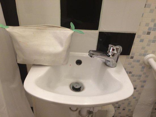 Marisa Hotel : Il lavandino utile per lavare i capelli delle barbie. Impossibile lavarsi i denti!!
