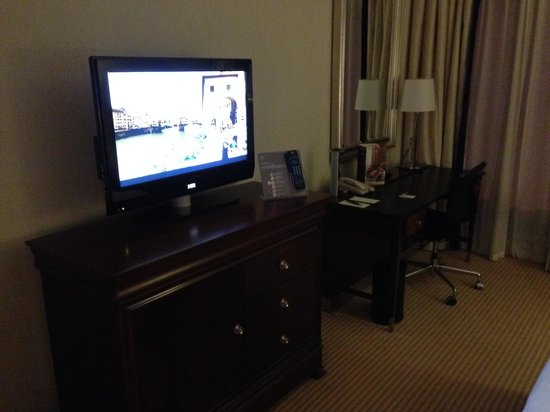 Sheraton Skyline Hotel London Heathrow: TV and desk