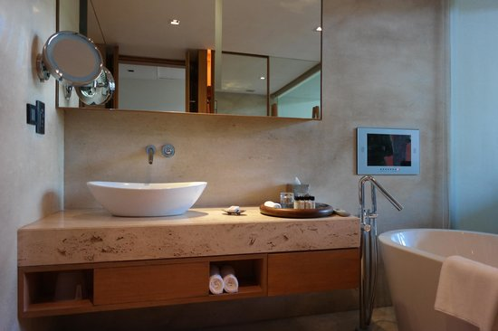 Vivanta by Taj - Fisherman's Cove: bathroom - tv in front of bathtub was a nice touch