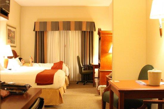 Holiday Inn Express Hotel & Suites Santa Clarita: Dentro do quarto - super grande!
