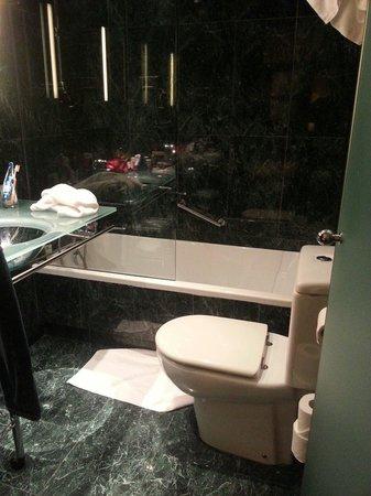 Hotel Vilamari : une salle de bains vraiment très petite. ..