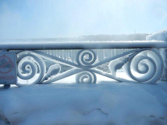 Niagara Falls : Ice-covered rail
