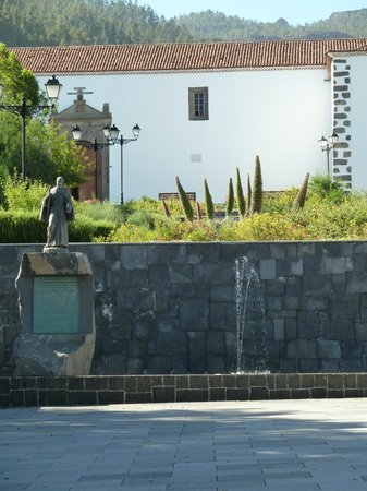 Vilaflor: Statue of Hno Pedro & fountain at bottom of the square
