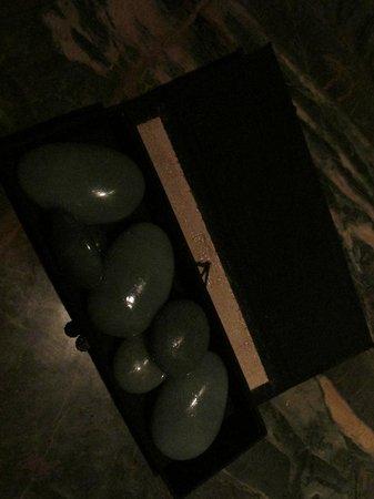 Pudong Shangri-La, East Shanghai: Этими камнями делали массаж в спа