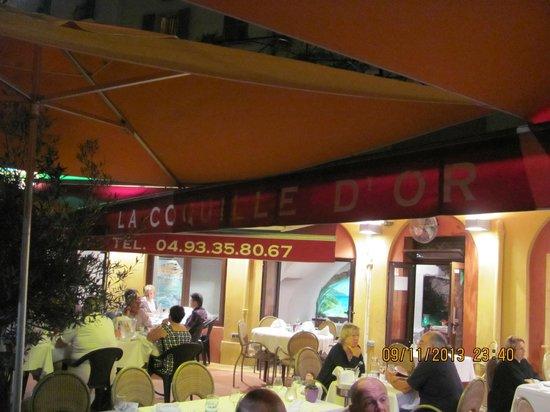 La Coquille d'Or: столики на улице