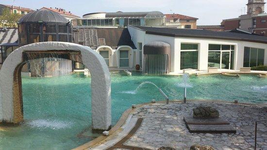 terme di casciana giochi dacqua nella piscina esterna di casciana terme
