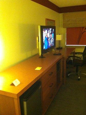 La Quinta Inn & Suites Savannah Southside: TV, Desk