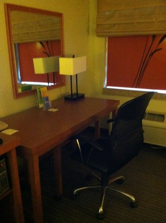 La Quinta Inn & Suites Savannah Southside: Desk with lamp