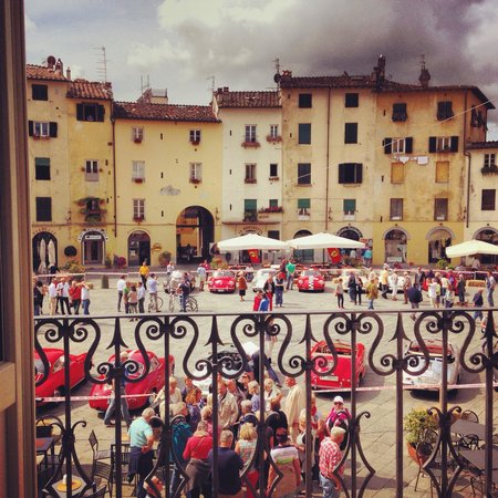 B&B Arena di Lucca: The view from the beautiful piazza facing rooms!