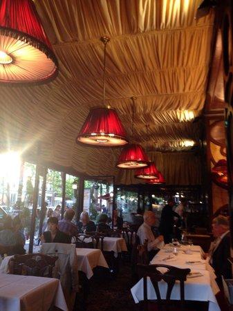 Le Grand Cafe Capucines: Интерьер ресторана приятный)