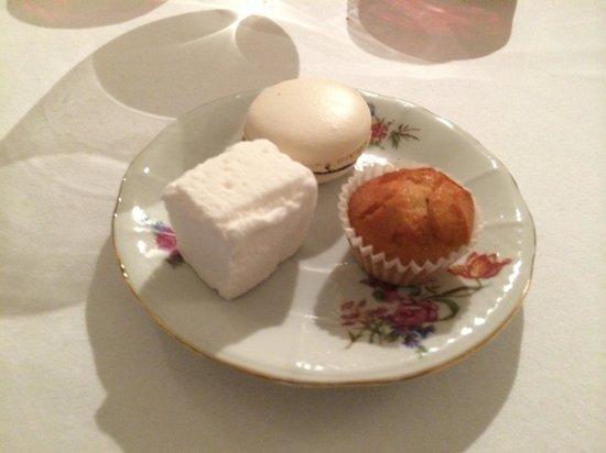 La Raison Gourmande : Pré dessert, maccaron au poivre de Sichuan, guimauve à la fleur d'oranger et financier.