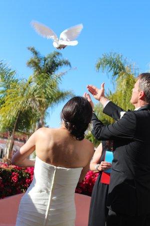 La Valencia Hotel: Ceremony in garden overlooking ocean