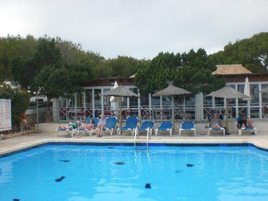 Aparthotel Roc Las Rocas: piscine donant sur le restaurant