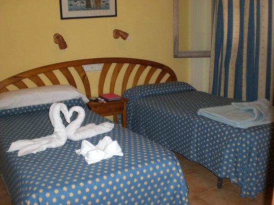 Aparthotel Roc Las Rocas: vue chambre