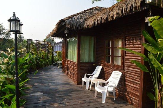 Ploy Guest House : River cottage - the deck